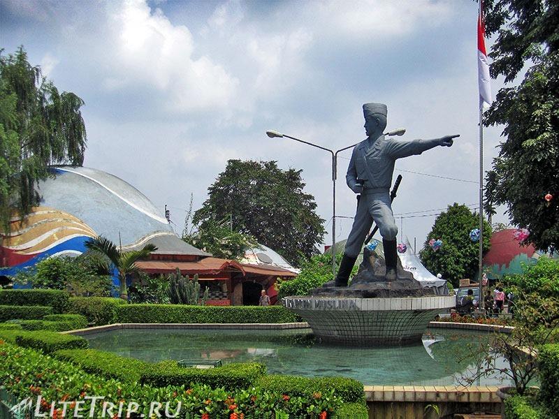 Индонезия. Ява. Богор. Памятник.