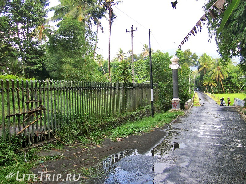 Индонезия. Ява. Боробудур - лестница через забор.