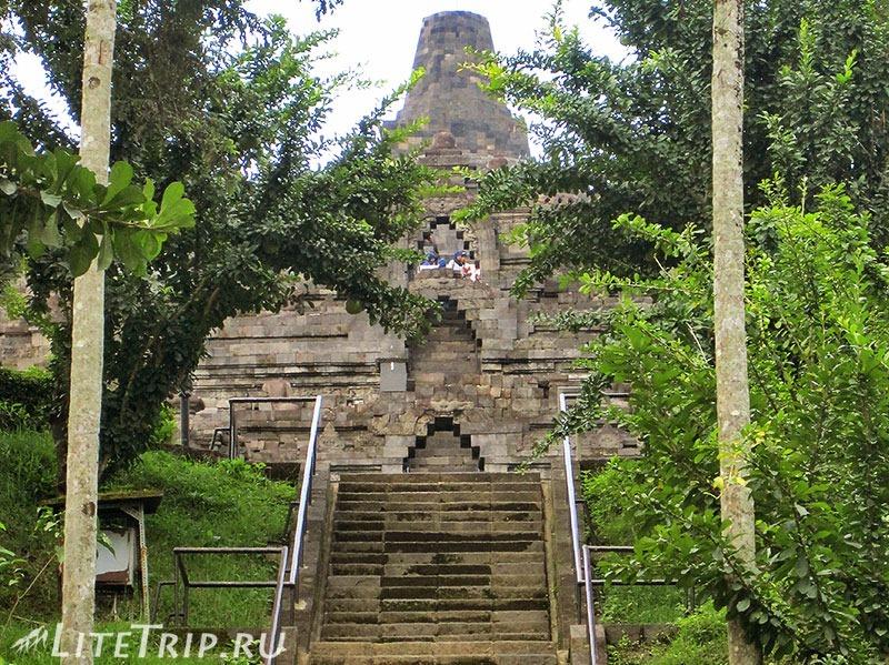 Индонезия. Ява. Боробудур - лестница наверх.
