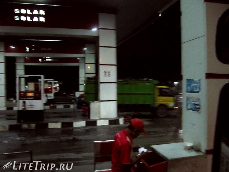 Индонезия. Автостопом в Сурабаю. Заправка.