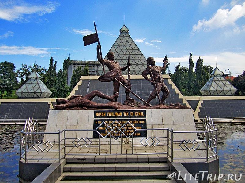 Индонезия. Ява. Сурабая. Памятник героям.