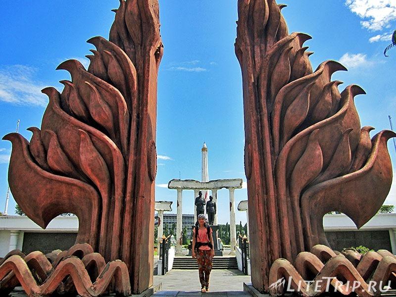 Индонезия. Ява. Сурабая. Памятник героям - ворота.