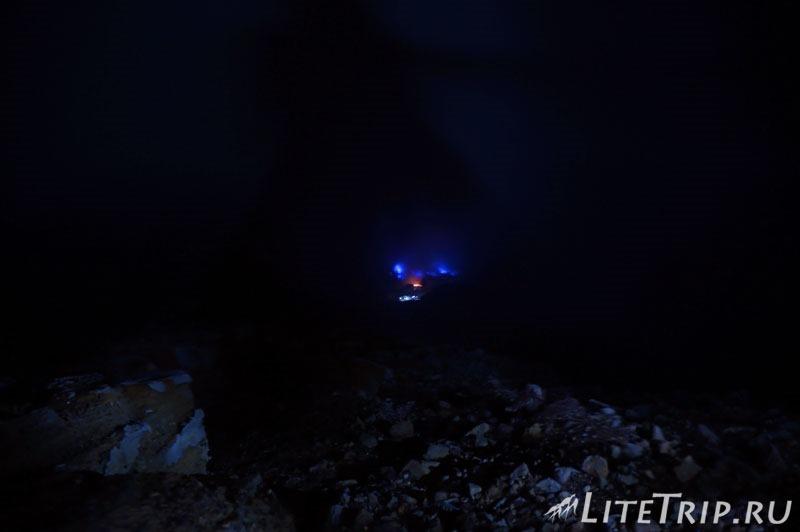 Индонезия. Ява. Вулкан Иджен. Горящая сера. Вид сверху.