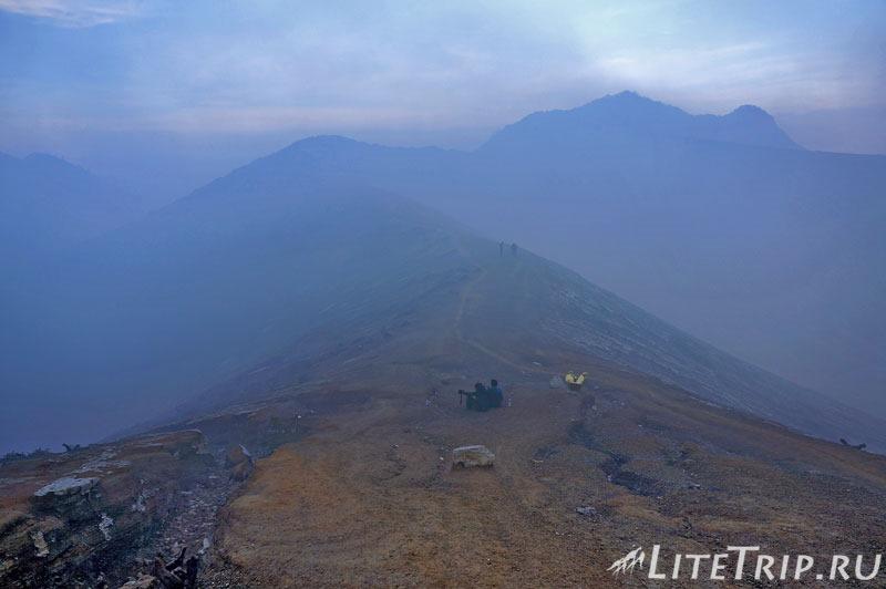 Индонезия. Ява. Вулкан Иджен. Дорога к кратеру.