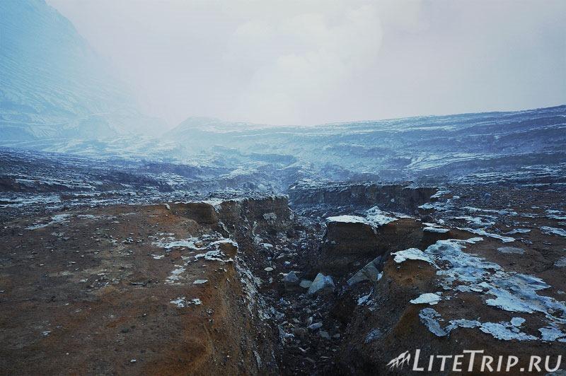 Индонезия. Ява. Вулкан Иджен. У кратера вид.