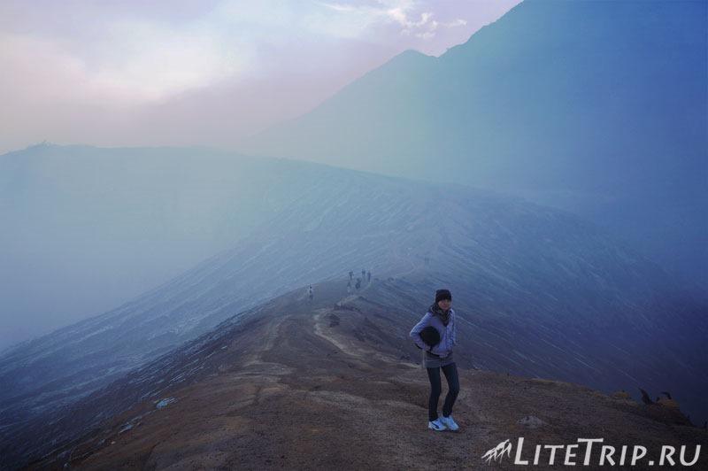 Индонезия. Ява. Вулкан Иджен. У кратера со спальником.