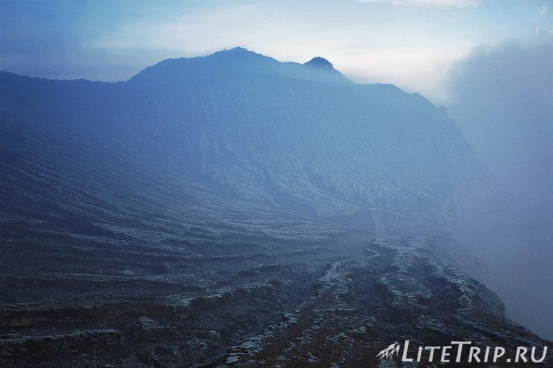 Индонезия. Ява. Вулкан Иджен. У кратера