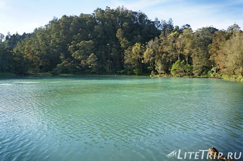 Индонезия. Ява. Плато Диенг. Озеро Warna. Голубой цвет
