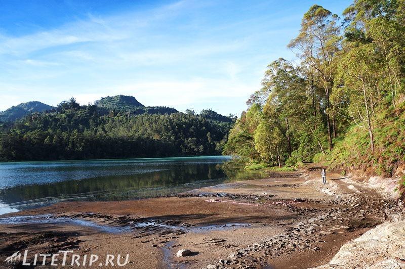Индонезия. Ява. Плато Диенг. Озеро Warna. Тропа.