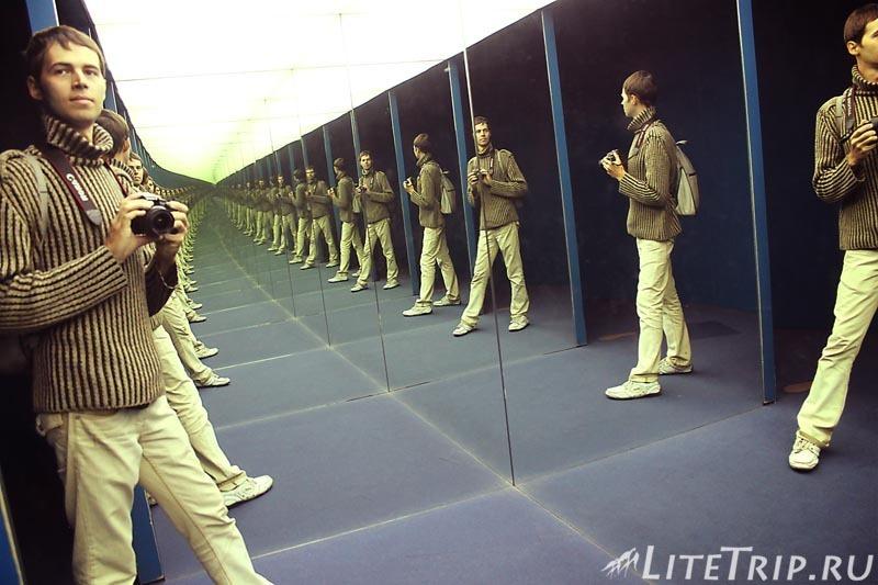 Гонконг. Музей наук - зеркальный коридор.