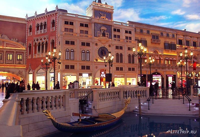 Макао. Казино Venetian внутри. Лодка.