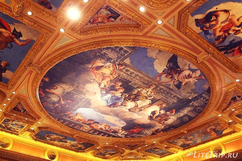 Макао. Казино Venetian внутри. Потолок.