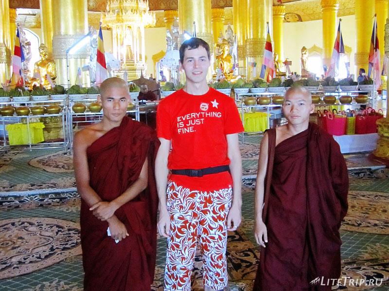 Монахи из Пагоды Зуба Будды в Янгоне