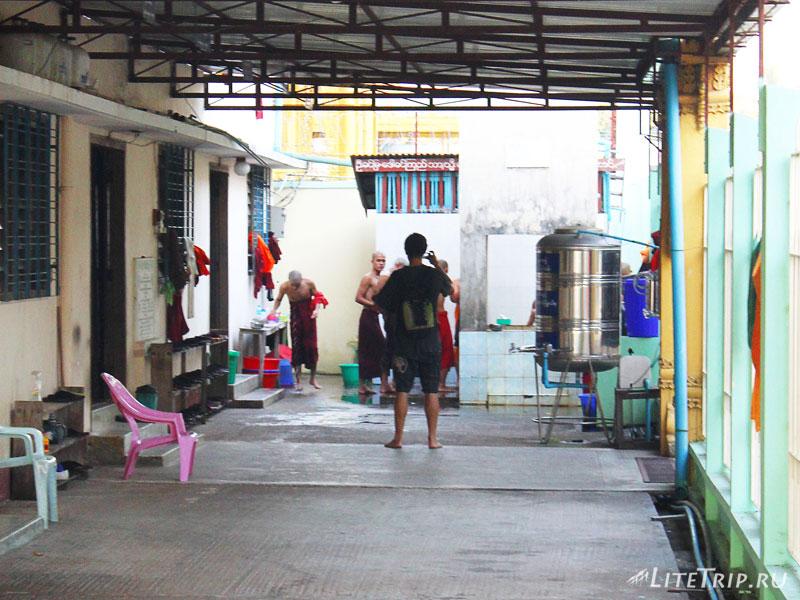 Андрей застал монахов врасплох в Пагоде Botahtaung