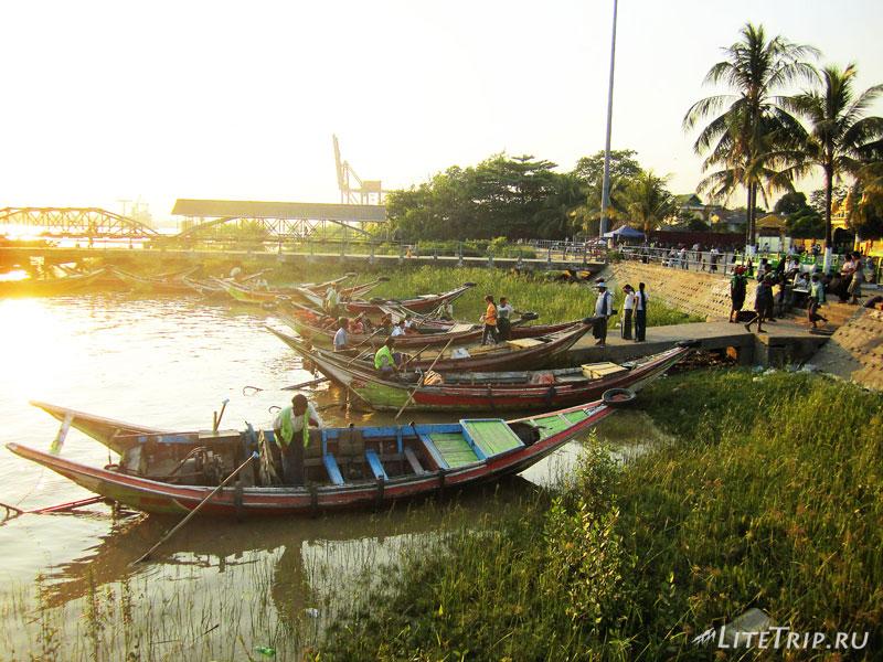 Пирс рядом с Пагодой Botahtaung в Янгоне