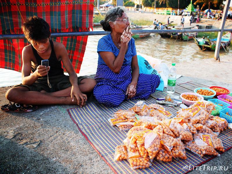 Торговцы на янгонском пирс рядом с Пагодой Botahtaung