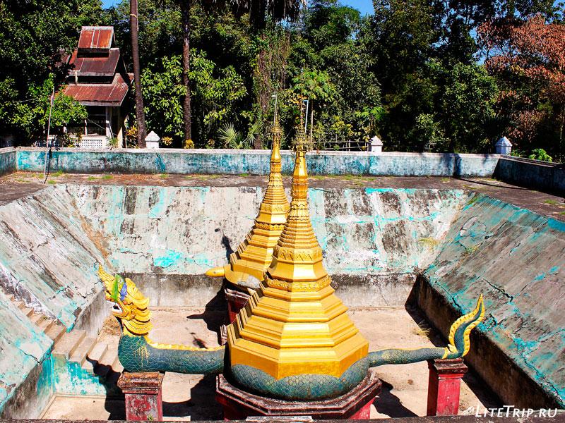 Пустой пруд комплекса Кое Thein Koe Thaung Pagoda