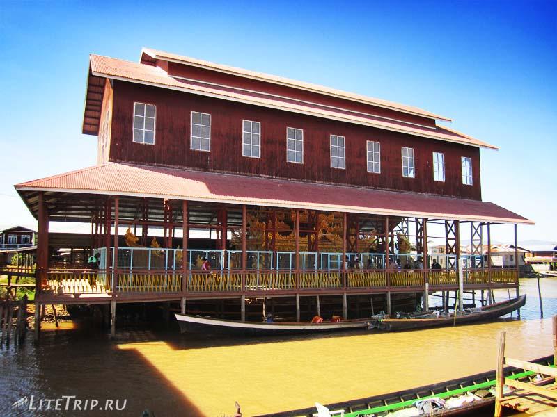 Озеро Инле. Храм Пяти Будд - ангар с лодками.