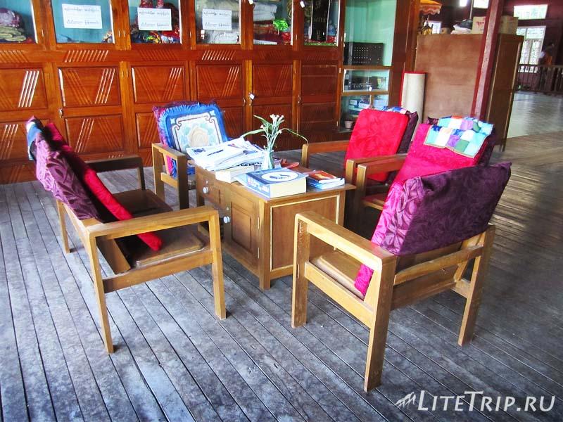 Озеро Инле. Монастырь прыгающих кошек - библиотека.
