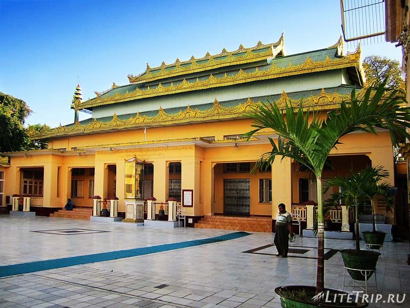 Мандалай. Храм Махамуни - двор.