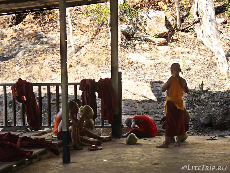 Холм Мандалай. Мальчики-монахи.