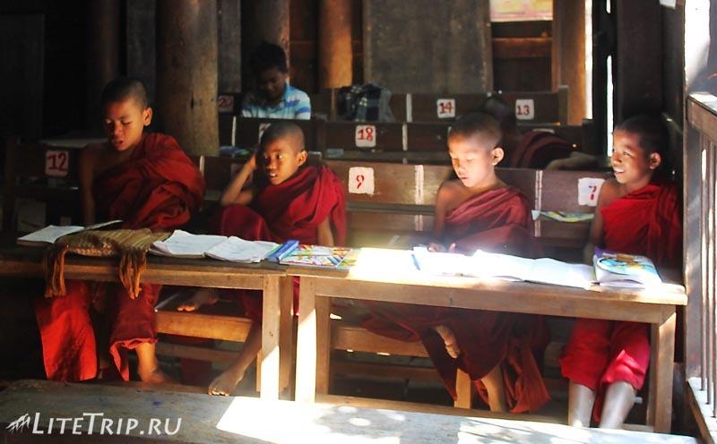 Тиковый монастырь Багайя в Инве. Монахи.