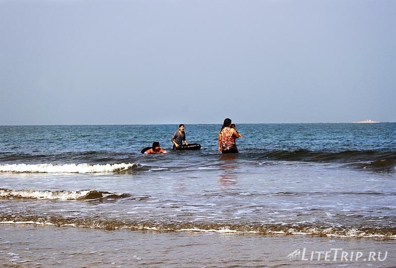 Пляж Чаунг Та. Купание местных.