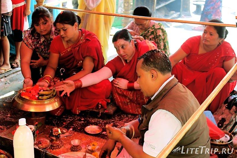 Ступа Сваямбунатх в Катманду (Непал). Женщины.