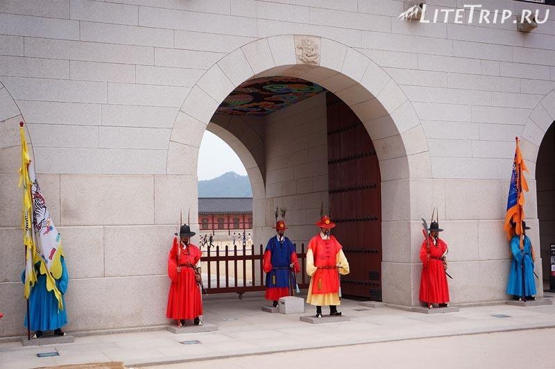Южная Корея. Дворец Кенбоккун в Сеуле - смена караула.