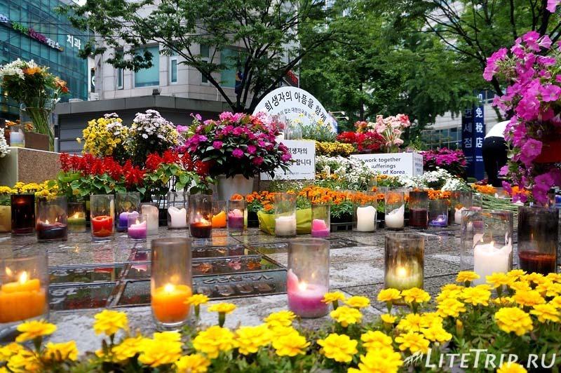 Южная Корея. Сеул - памятные цветы и свечи.