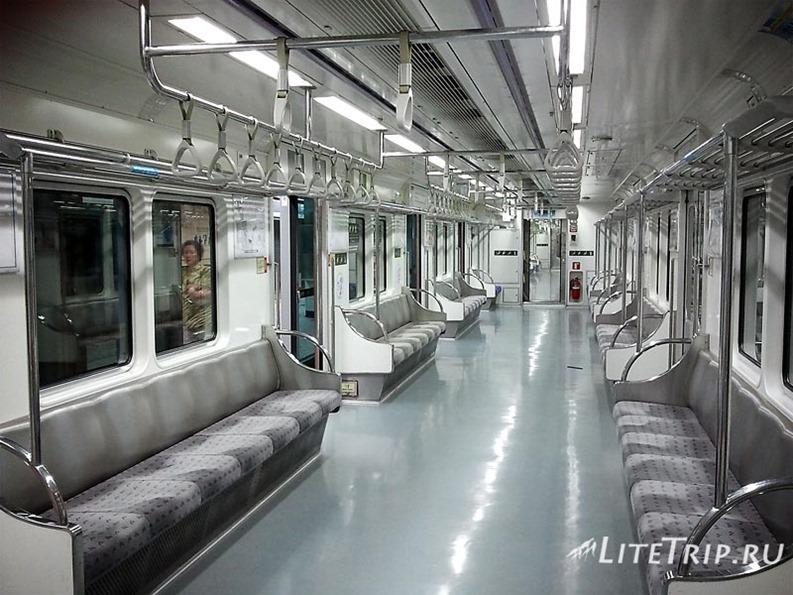 Южная Корея. Вагон метро в Сеуле.