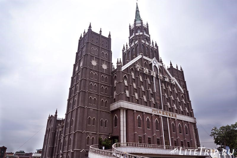 Южная Корея. Католическая церковь в Сувоне.
