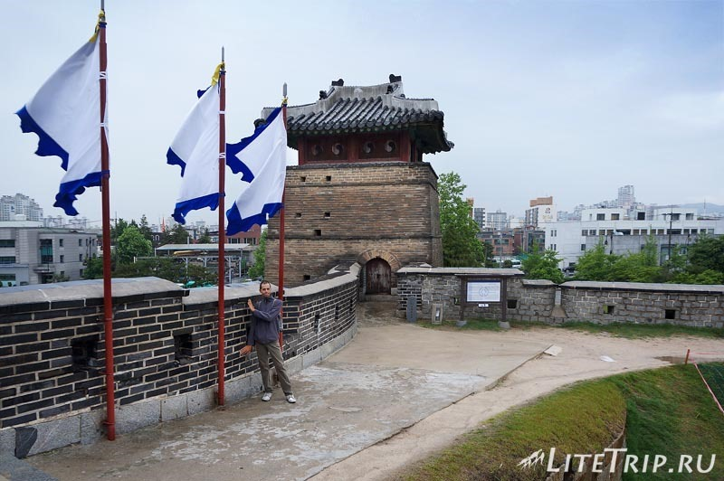 Южная Корея. Крепость Хвасон в Сувоне - флаги.