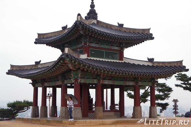 Южная Корея. Крепость Хвасон в Сувоне - пагода на холме.