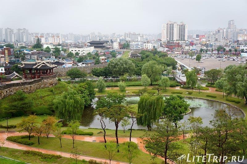 Южная Корея. Крепость Хвасон в Сувоне - пруд.