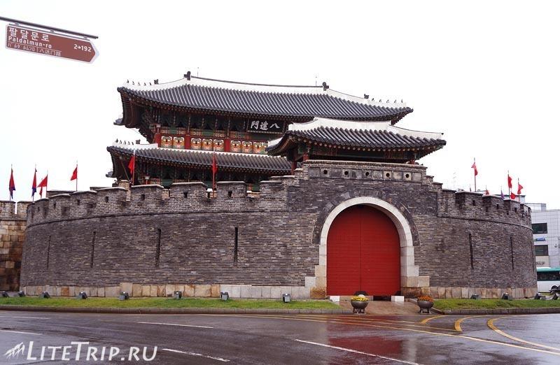Южная Корея. Крепость Хвасон в Сувоне - северные ворота.