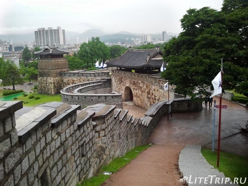 Южная Корея. Крепость Хвасон в Сувоне - вдоль стен.