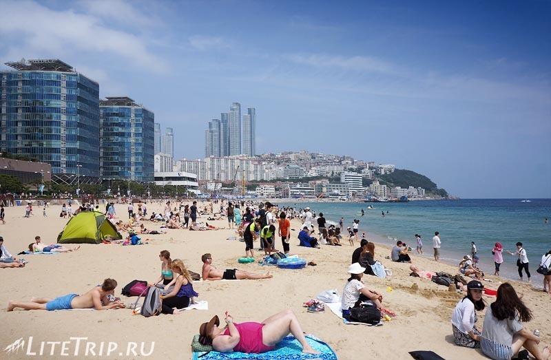 Южная Корея. Фестиваль песка в Пусане - отдыхающие на пляже.