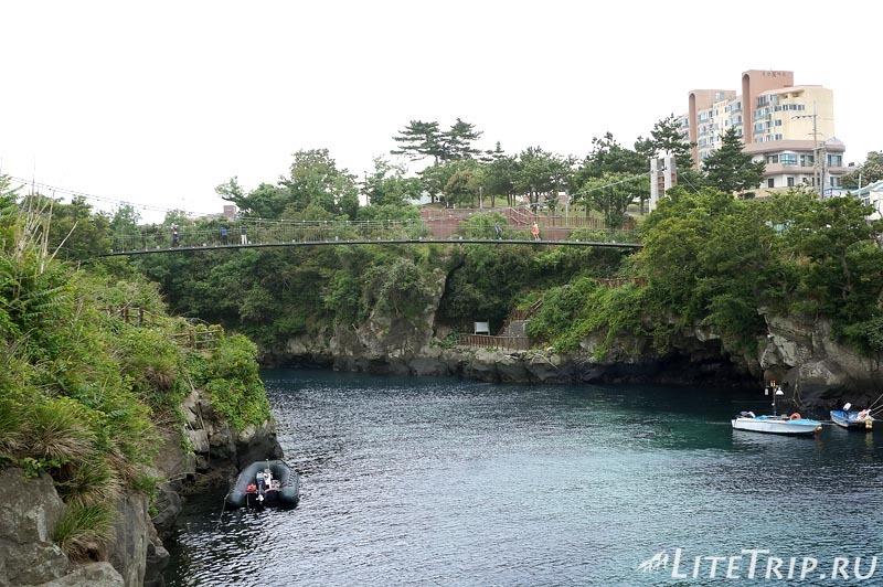 Южная Корея. Джеджу - мост через реку в городском парке..