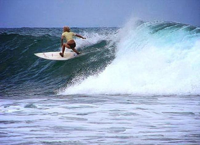 Шри-Ланка. Поттувил. Серфинг в заливе Аругам Бей.