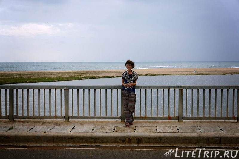 Шри-Ланка. Мост между городом Поттувил и заливом Аругам Бей.