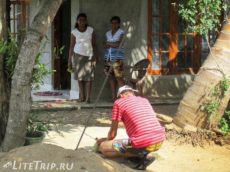 Шри-Ланка. Автостопом в Катарагаму. Андрей разделывает кокос.