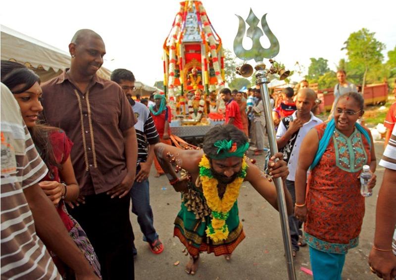 Шри-Ланка. Фестиваль самоистязания в Катарагаме.