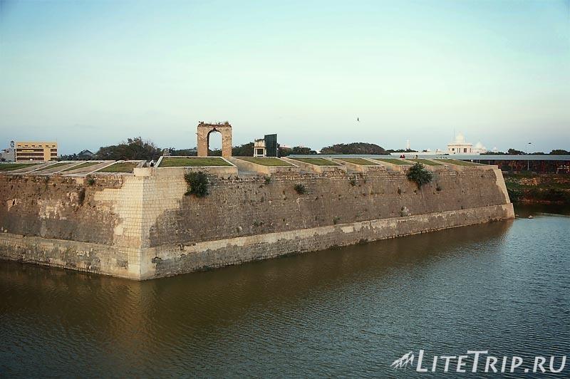 Шри-Ланка. Джафна форт - стены.