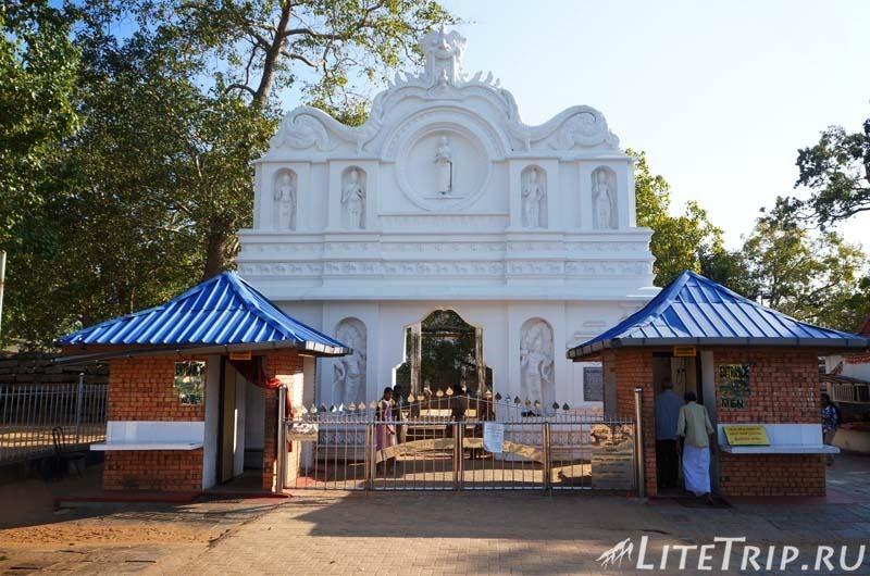 Шри-Ланка. Анурадхапура. Вход к дереву Джая Шри Маха Бодхи (Sri Maha Bodhi)