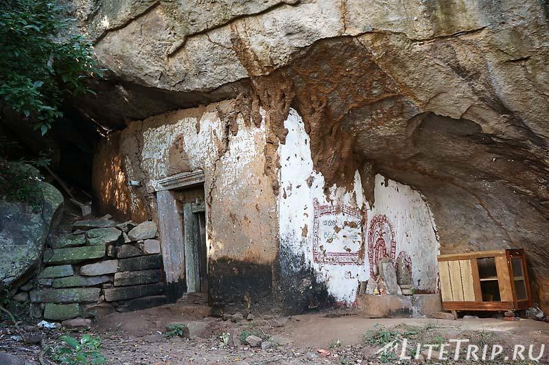 Шри-Ланка. Монастырь Михинтале - грот Махинды