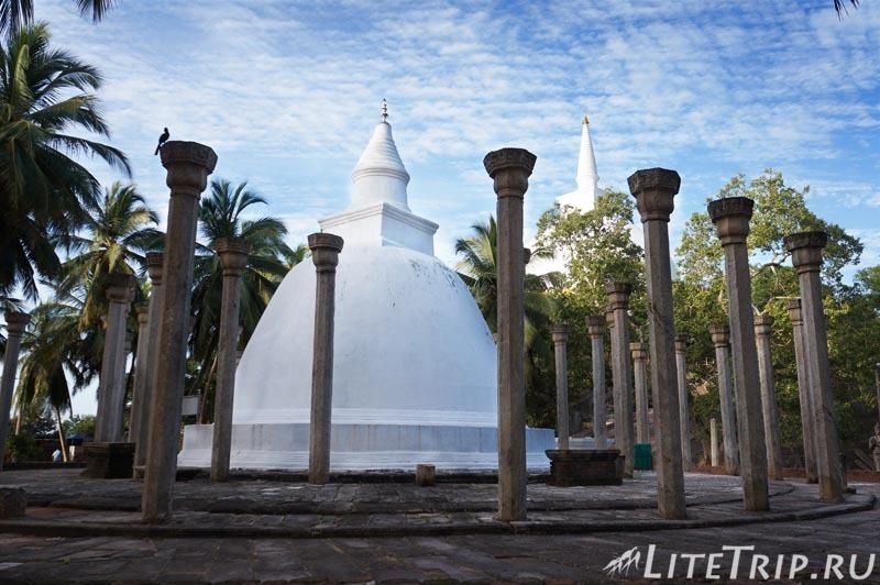Шри-Ланка. Монастырь Михинтале - ступа внизу.