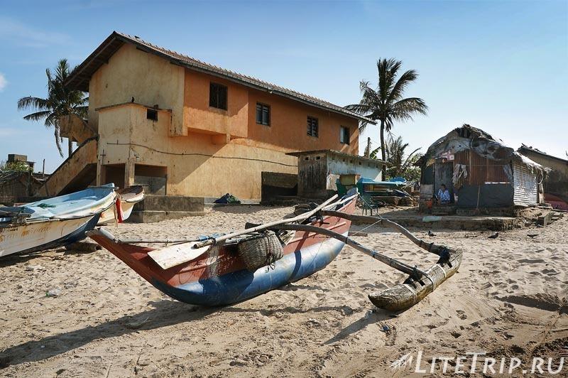Шри-Ланка. Тринкомале - рыбачкие лодки на берегу.