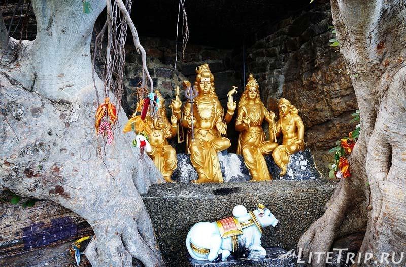 Шри-Ланка. Тринкомали - храм Конесварам Ковил (Koneswaram Kovil) - пещеры со статуями.