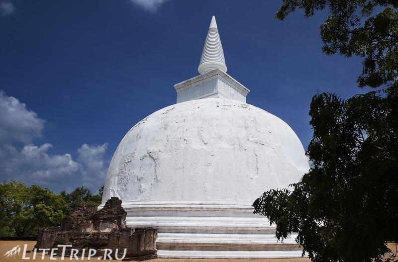 Шри-Ланка. Полоннарува - белая ступа.